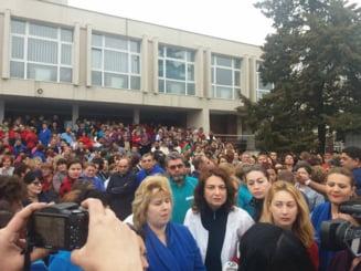 Sute de angajati din sanatate protesteaza fata de haosul salarizarii in spitalele din tara: Hotii! Managerii spun ca nu au bani