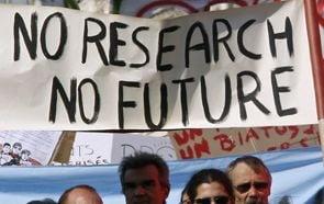 Sute de cercetatori acuza taierea bugetelor si cer Guvernului sa respecte contractele