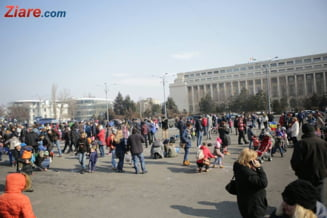 Sute de copii s-au strans la un protest cu creta colorata in Piata Victoriei: Romani, nu va pierdeti speranta! (Galerie foto)