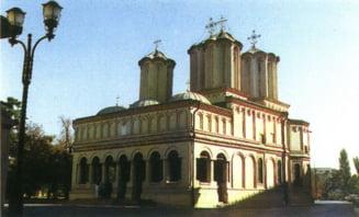 Sute de credinciosi au venit la Patriarhie in prima zi de Rusalii