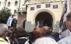 Sute de maghiari au protestat la Targu Mures fata de inchiderea unui liceu romano-catolic. Ungaria ameninta sa rupa relatiile diplomatice cu Romania