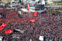 Sute de mii de oameni au iesit in strada la Istanbul intr-un miting organizat de Erdogan impreuna cu Opozitia (Video)