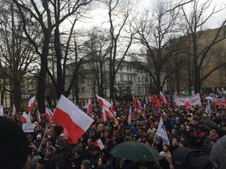 Sute de persoane, retinute la Varsovia dupa un protest impotriva restrictiilor impuse in pandemie