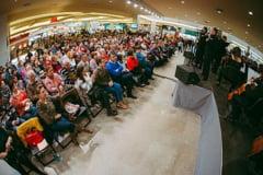 Sute de persoane au petrecut seara de duminica la Iulius Mall