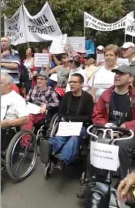Sute de persoane cu dizabilitati au iesit in strada: Guvernul nu ne mai da dreptul sa muncim. Ne condamna sa fim asistati social