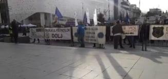 Sute de politisti si angajati din penitenciare au protestat la Craiova: Ne-am saturat sa fim mintiti! Urmeaza luni de foc pentru guvern