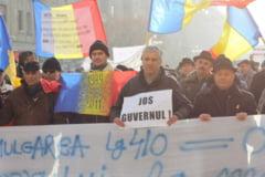 Sute de revolutionari au aruncat cu oua spre sediul Guvernului