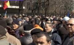 Sute de revolutionari au blocat circulatia langa Palatul Victoria: Cer demisia lui Ponta