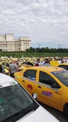 Sute de taximetristi protesteaza in Piata Constitutiei: Stop ordonantei pentru Uber! Ne discrimineaza!