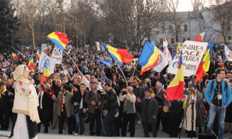 Sute de tineri basarabeni au cerut, la Alba Iulia, unirea Basarabiei cu Romania