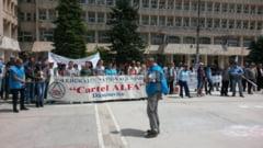 TARGOVISTE: Huiduieli in Piata Tricolorului pentru parlamentarii care au votat legea pensiilor speciale - VIDEO