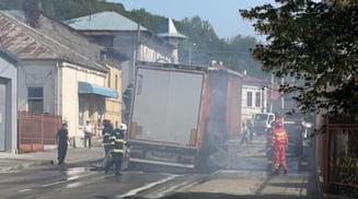 TIR in flacari pe o strada din partea de jos a orasului Slatina. Circulatia a fost deviata