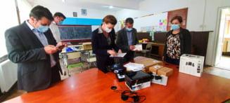 Tablete, laptop-uri si telefoane inteligente, pentru elevii din comuna Tomesti