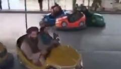 Talibani filmați în timp ce se plimbă cu mașinuțele electrice într-un parc de distracții din Kabul VIDEO