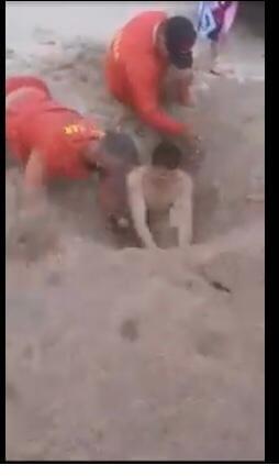 Tanar ingropat pana la gat in nisip si abandonat de prieteni pe plaja din Tuzla. Salvamarii au mers sa-l elibereze VIDEO