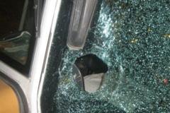Tanar prins de jandarmi dupa ce a spart geamul unui autocar