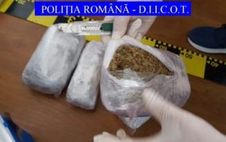 Tanar surprins de politisti cu aproape un kilogram de canabis asupra sa. Drogurile erau ascunse printre haine