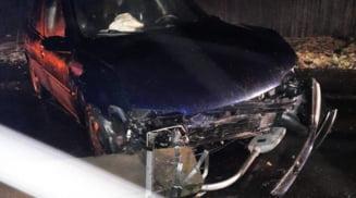Tanara de 19 ani, din Movileni, ranita dupa ce a intrat cu autoturismul intr-un stalp cazut pe drum
