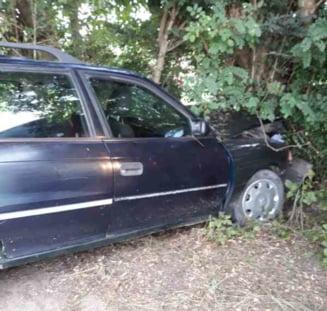Tanarul care a bagat in mormant un barbat dupa ce s-a izbit cu masina de un copac, a fost retinut de politisti