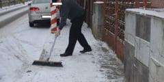 Targumuresenii, rugati sa isi curete zapada de pe trotuare