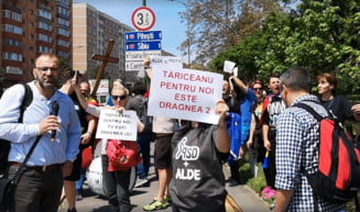 """Tariceanu a fost huiduit de protestatari la Brasov, in timp ce participa la """"Marsul demnitatii"""" (Video)"""