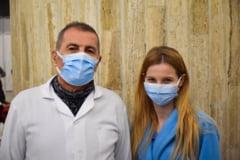 Tata si fiica, umar la umar impotriva COVID-19. Povestea familiei care lucreaza impreuna la un centrul de vaccinare din Bucuresti FOTO