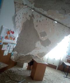 Tavanul unei scoli proaspat renovate s-a prabusit peste bancile dintr-o clasa