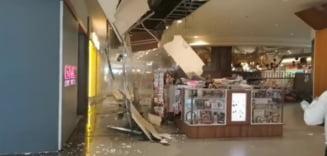 Tavanul unui mall din Cluj s-a prăbușit în fața clienților, după ce a fost inundat VIDEO