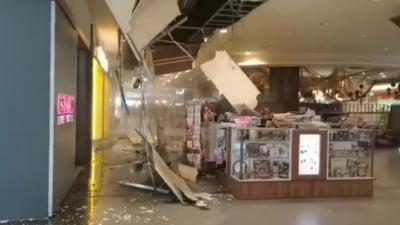 Tavan de la Iulius Mall din Cluj s-a prăbușit în fața clienților, după ce a fost inundat VIDEO