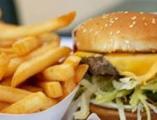 Taxa pe fast-food, amanata cu un an