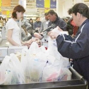 Taxa pe punga aduce supermarketurilor 2 miliarde de lei lunar