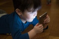 Telefoanele mobile si tabletele nu-i imbolnavesc pe copii decat daca sunt folosite in exces. Cand ar trebui sa isi faca parintii griji