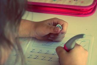 Temele pentru acasa sunt prea multe, obositoare si streseaza elevii - studiu al Ministerului Educatiei