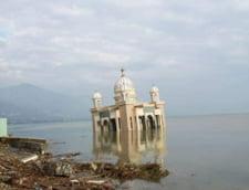 Templu inundat de tsunami, in Indonezia