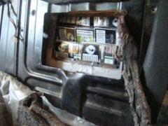 Tigari ascunse in doua autoturisme, depistate in P.T.F. Siret