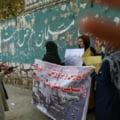 """Tinere afgane agresate de talibani pentru că cereau drept la educație. """"Nu ne rupeţi stilourile, nu ne ardeţi cărţile, nu ne închideţi şcolile"""""""