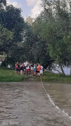 Tineri blocati pe o insula de pe Crisul Repede, la Oradea, salvati de pompierii de la ISU Bihor