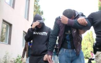 Tineri din Bals si Barza, arestati dupa ce au furat bateriile mai multor masini