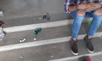 Tineri din Pitesti, prinsi cu substante interzise in scara unui bloc