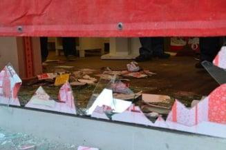 Tinerii care au spart magazinul de telefoane in timpul protestelor, judecati pentru furt