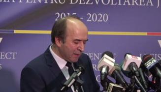 Toader nu a vrut sa se urce pe podium la inceputul conferintei: Transmiteti imaginea ca la Sarkozy