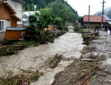 Toamna aduce noi inundatii: Masina luata de ape, viaduct rupt de suvoaie