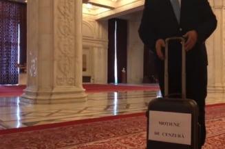 Tomac a venit cu o valiza la Parlament - textul motiunii de cenzura impotriva Guvernului e gata (Video)