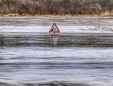 Trafic afectat de inundatii pe trei DN-uri. Circulatia a fost reluata pe A2