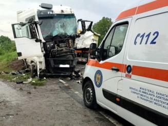 Trafic blocat pe DN 72 în Dâmbovița. Două TIR-uri s-au ciocnit