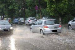 Trafic ingreunat din cauza ploii pe mai multe drumuri din tara