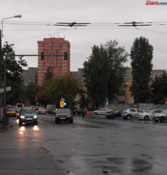 Trafic rutier paralizat de ploaie si copaci cazuti pe masini in Craiova. Situatie similara in Iasi
