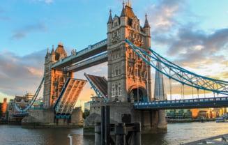 Traficul din Londra dat peste cap de un incident neobișnuit. Tower Bridge a rămas blocat cu cele două brațe ridicate timp de 12 ore