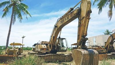 Tragedie în Galați: un bărbat cu persmisul suspendat a murit după ce buldo-excavatorul pe care îl conducea a fost lovit de tren