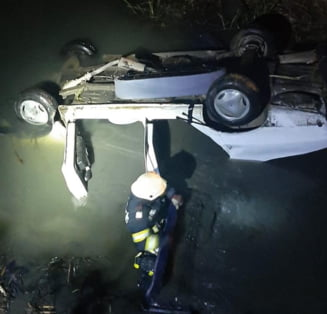 Tragedie in Arad. Doua persoane au murit dupa ce s-au rasturnat cu masina intr-un canal cu apa